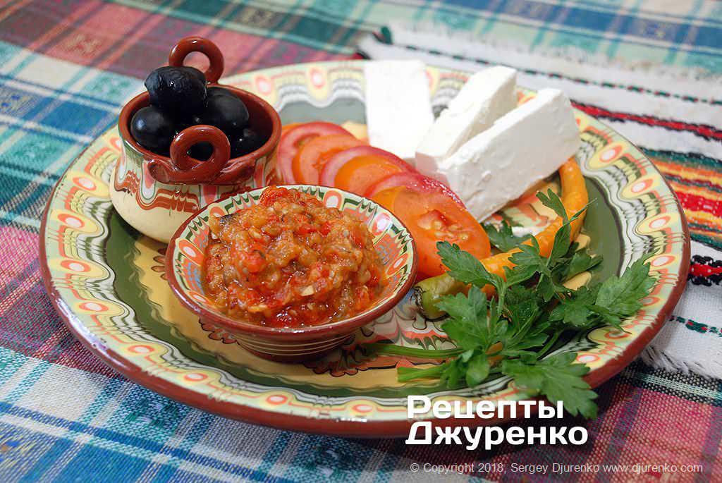 Овощная икра из печеных баклажанов и красного сладкого перца.
