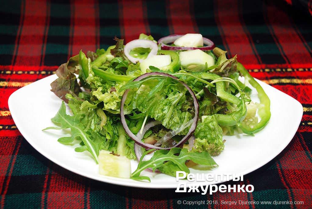 Салат на тарелке.