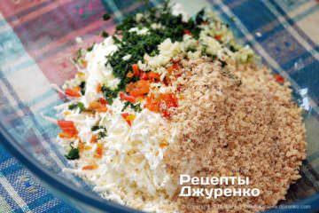 Шаг 4: смешать сыр и овощи