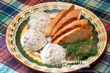 Готова страва Сирна закуска з молодого сиру і бринзи з овочами та грінками.