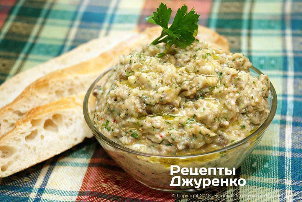 Готова страва Бабагануш — східна закуска з баклажанів і тахіні з лимоном.