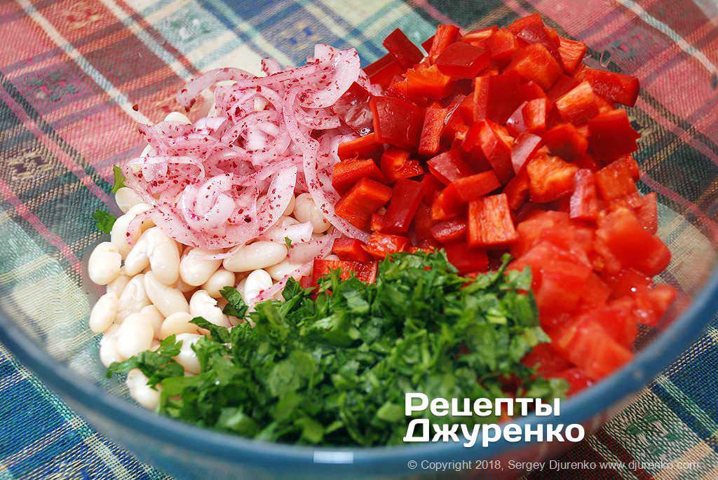 Нарізані для салату овочі.