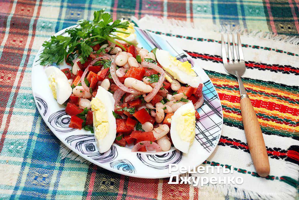 Готова страва Салат з білої квасолі з цибулею, петрушкою і сумах.
