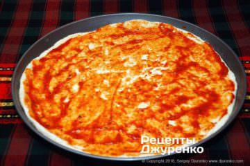 Шаг 7: смазать тесто соусом