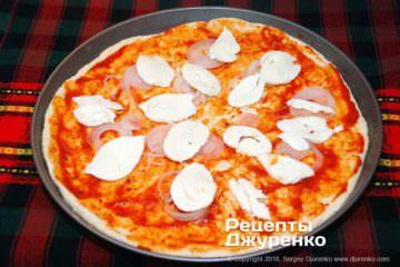 Шаг 8: лук и моцарелла для пиццы