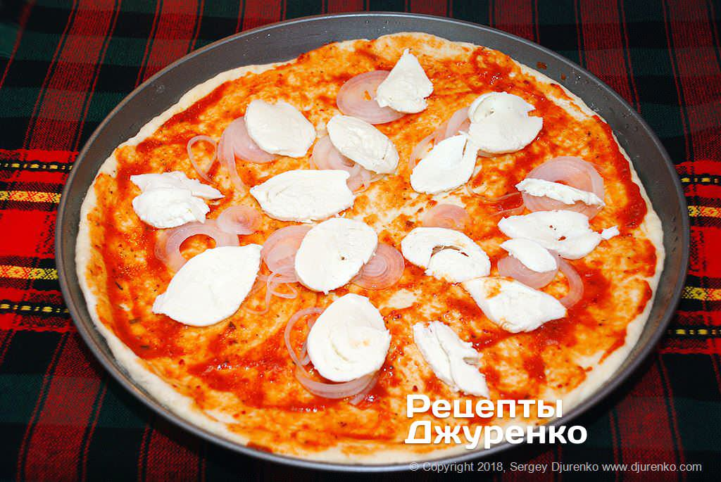 Лук и моцарелла для пиццы.
