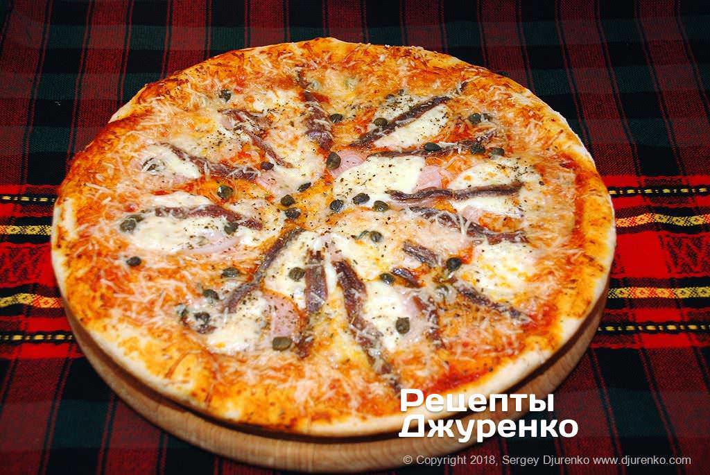 Испеченная пицца.