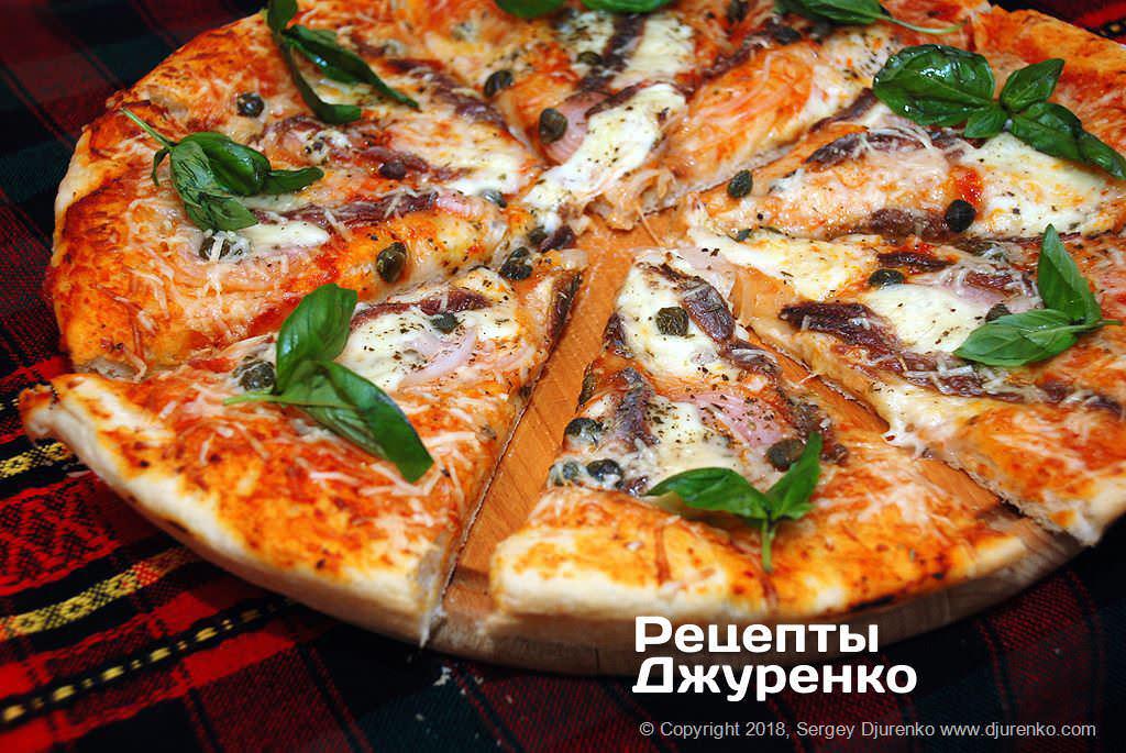 Разрезанная пицца.