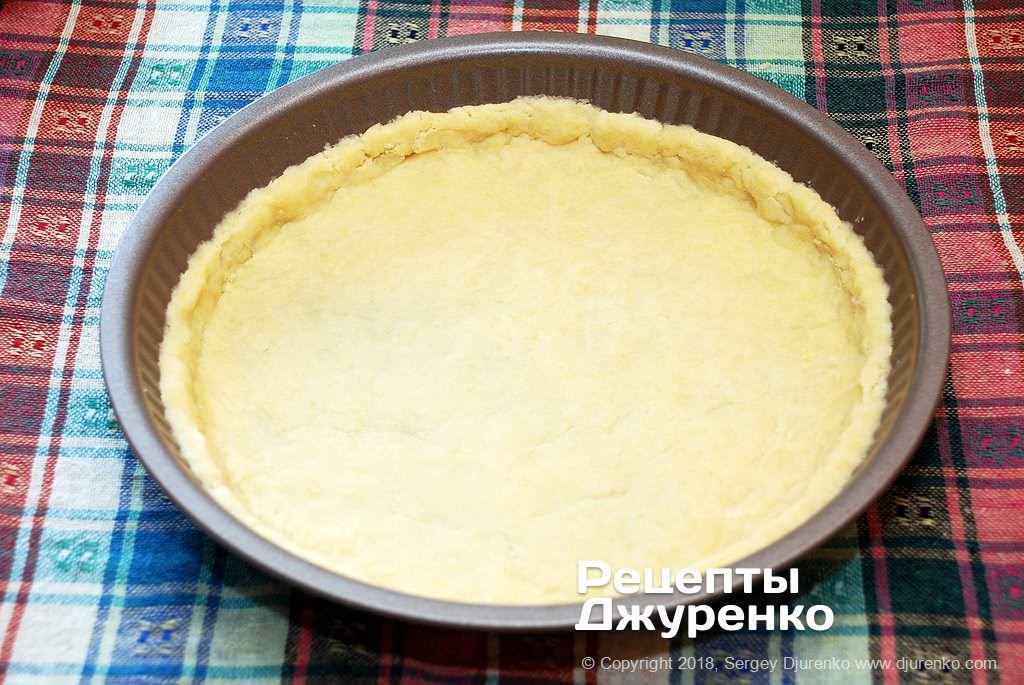 Песочное тесто на форме.