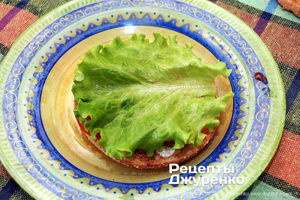 Листья салата в бургере.