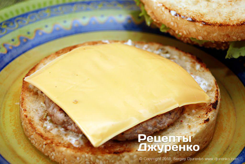 Котлета і сир для гамбургера.