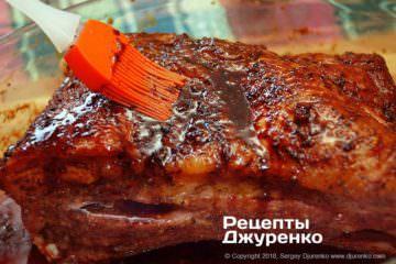 Як приготувати Запечені свинячі ребра. Крок 12: змащене глазур'ю м'ясо