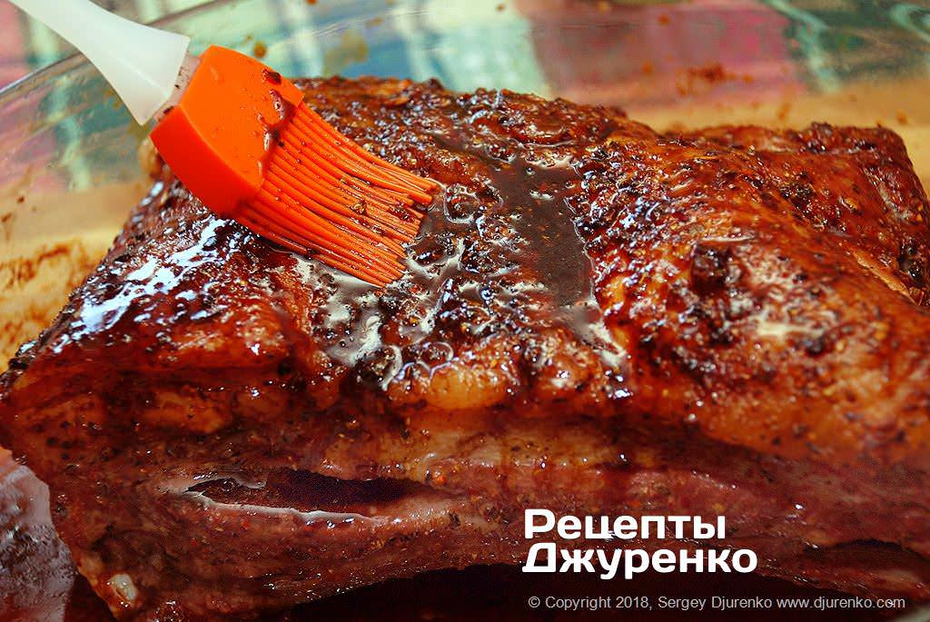 Смазанное глазурью мясо.