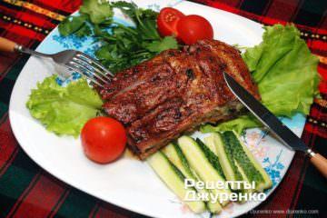 Готовое блюдо запеченные свиные ребра