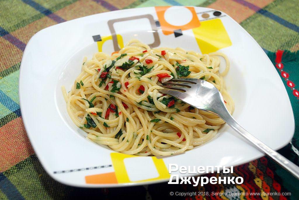 Готова страва Спагеті з маслом та часником — найпростіший рецепт пасти з соусом.