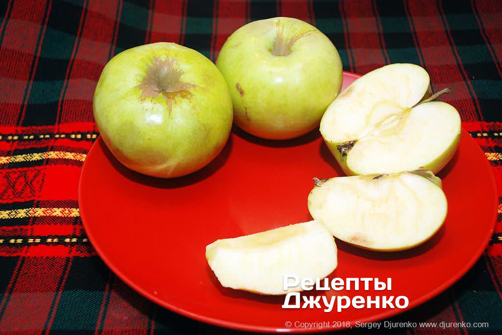 Нарізані яблука.
