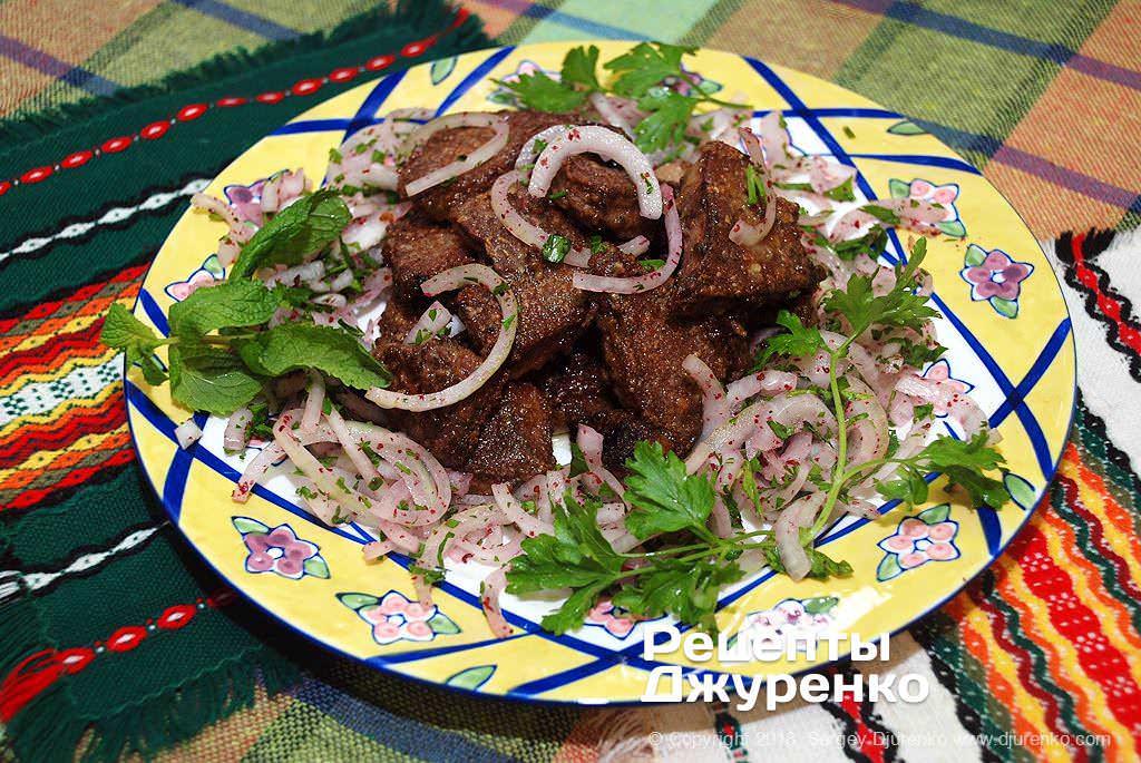 Фото готового рецепту смажена печінка з цибулею в домашніх умовах