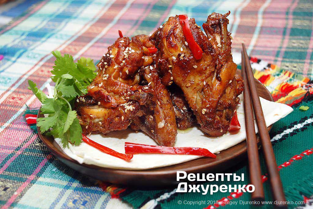 Готова страва Крила в соєвому соусі — закуска для гарного проведення часу.