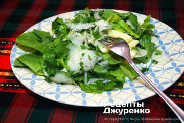 Готова страва салат з капусти кольрабі