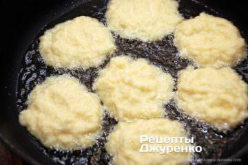 Як приготувати Картопляні драники. Крок 12: викласти млинці в олію
