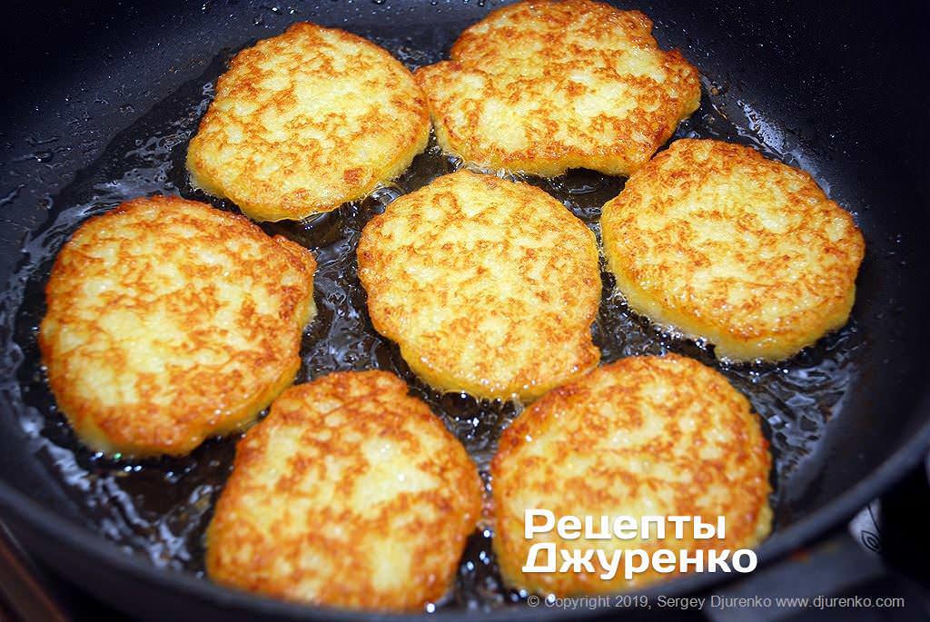 Як приготувати Картопляні драники. Крок 14: смажити до готовності