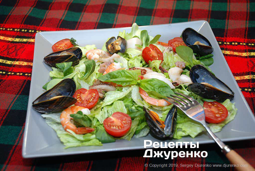Морской салат с морепродуктами.