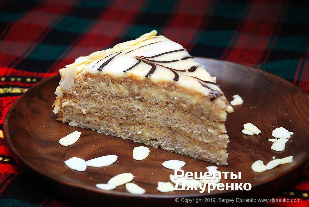 Кусок торта Эстерхази с миндалем.