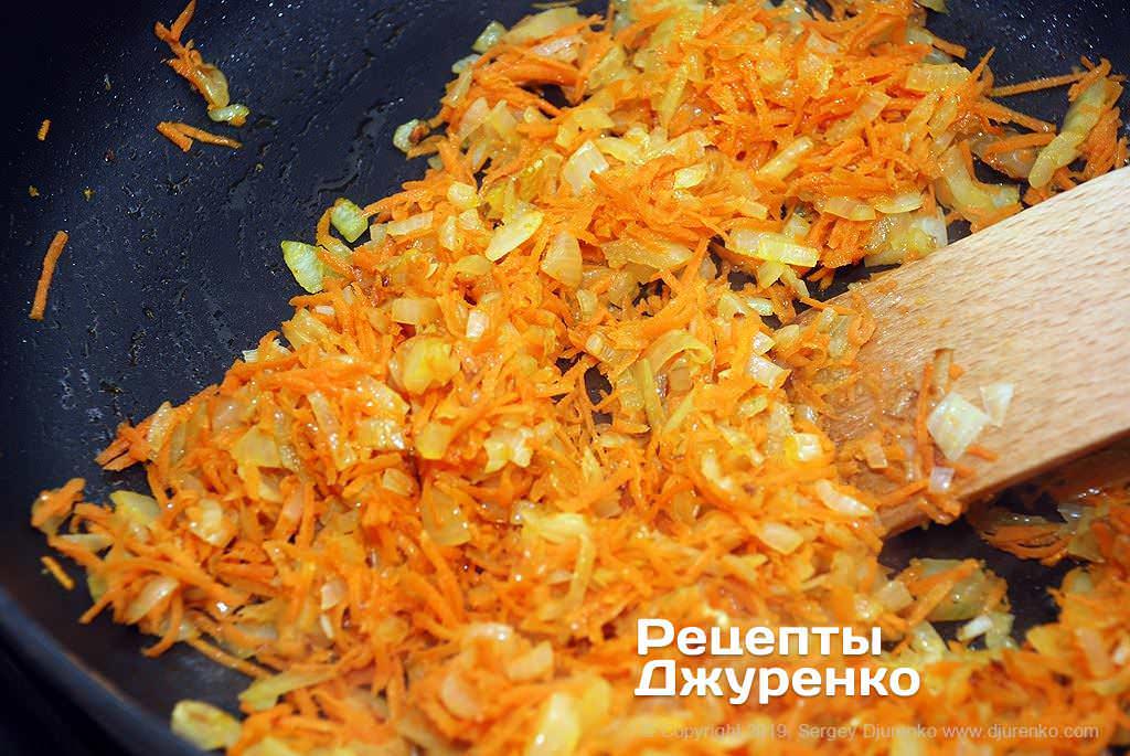Як приготувати Ліниві голубці. Крок 4: смажена цибуля і морквина