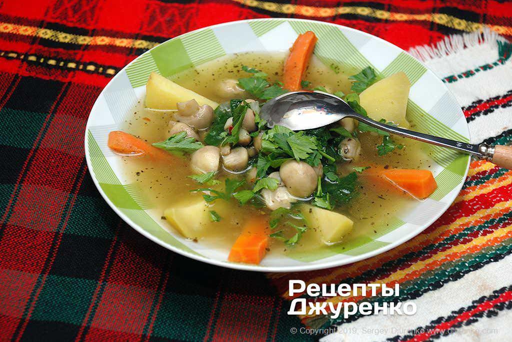 Суп из шпината с обжаренными шампиньонами, овощами и зеленью.