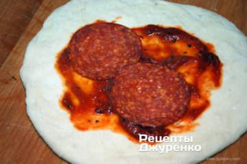 Как приготовить Кальцоне. Шаг 6: соус и колбаса