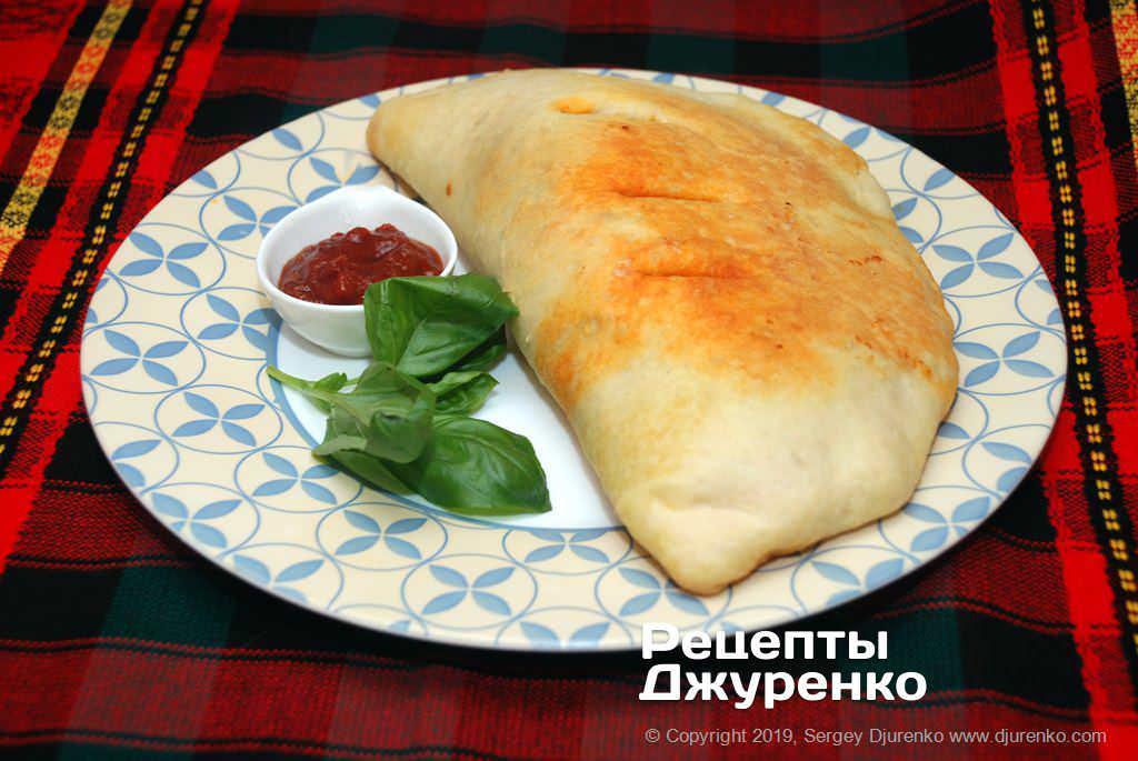 Готова страва Піца кальцоне - закрита піца з начинкою із сиру, пепероні і томату.