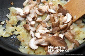 Как приготовить Грибной суп-пюре. Шаг 10: лук с грибами