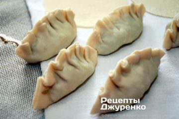 Как приготовить Цзяоцзы, китайские пельмени. Шаг 20: формирование изделий защипыванием