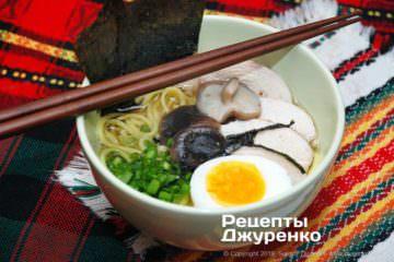 Готова страва суп рамен