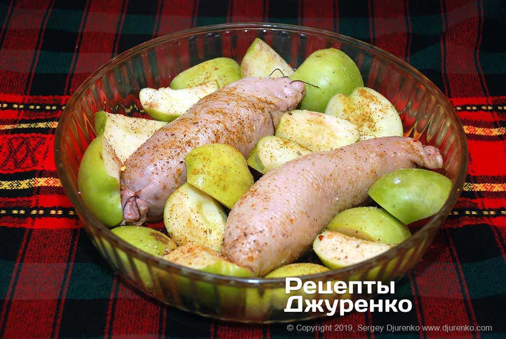 Фаршированные шейки на яблоках.