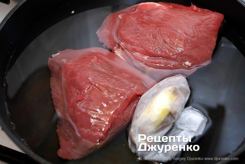 Зварити м'ясо зі спеціями до готовності.