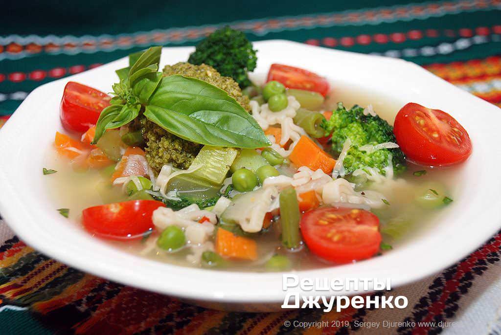 Готова страва Мінестроне - овочевий суп італійської кухні особливого складу.