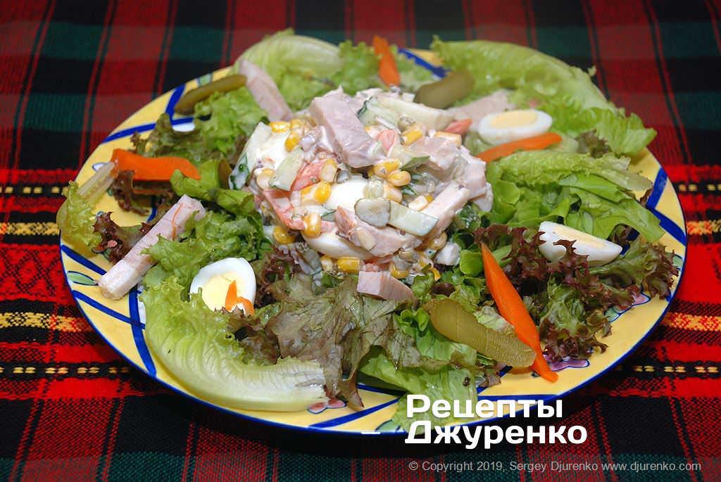 Готова страва Салат з бужениною, латуком, перепелиними яйцями і легким соусом.