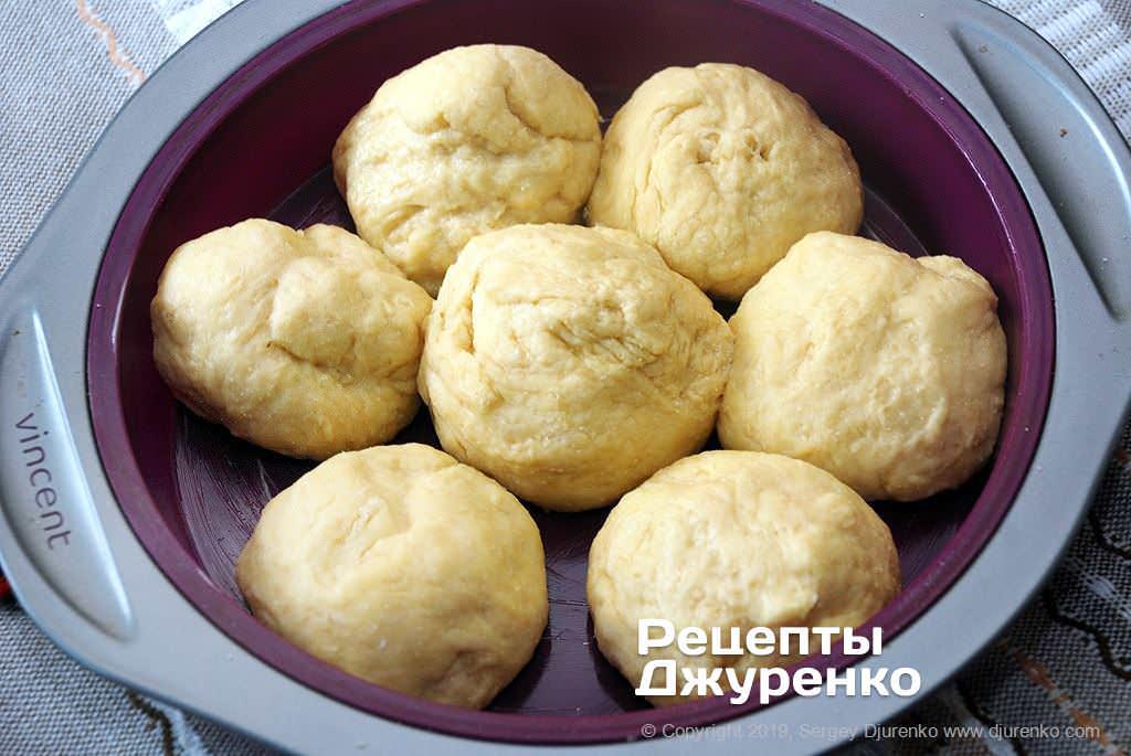 Подготовка булочек к выпечке.
