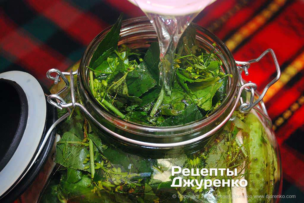 Залить соляным раствором огурцы.