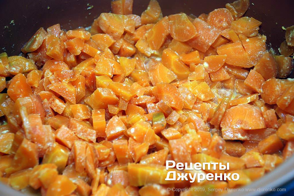 Отваренная морковка для фарша.