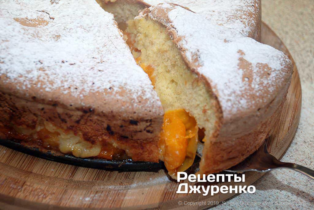 Розрізати пиріг гострим ножем.