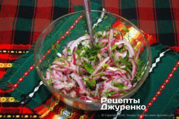 Шаг 5: маринованный лук с зеленью