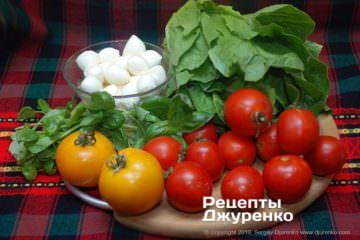 Шаг 1: сыр и овощи для салата