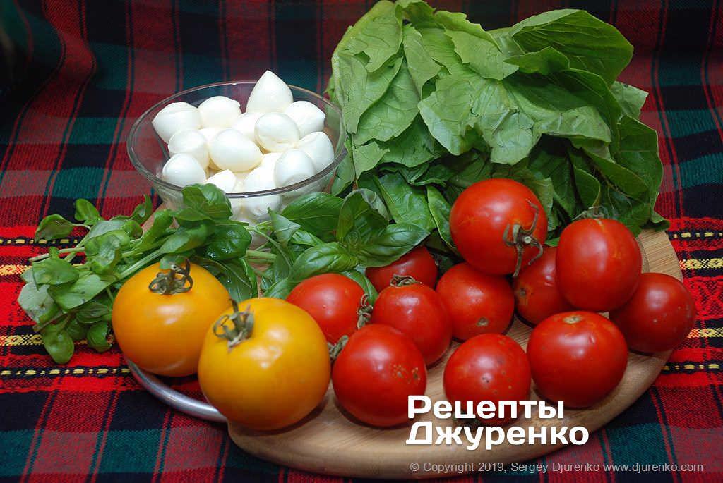 Сыр и овощи для салата.