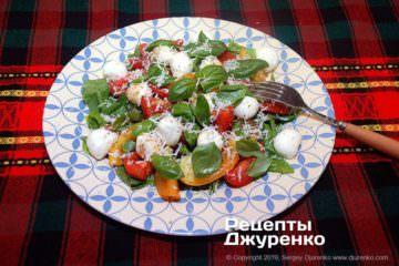 Готовое блюдо салат с моцареллой