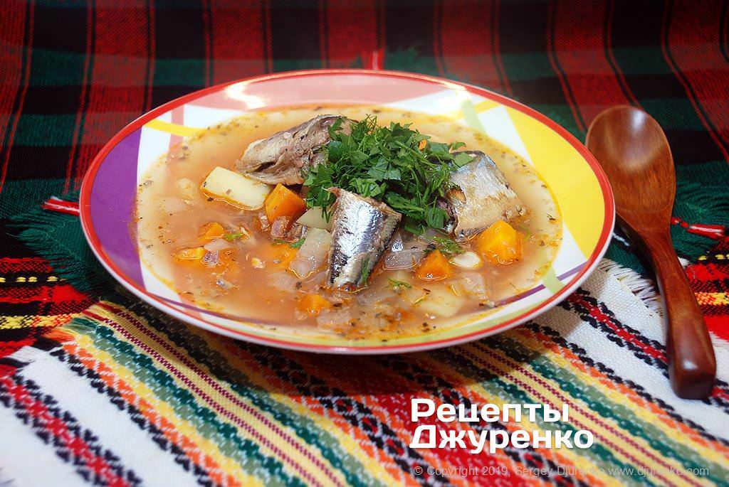 Суп из сайры на наваристом овощном бульоне с томатом и зеленью.