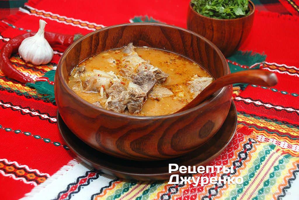 Готова страва Суп на яловичому бульйоні з пряною ароматної заправкою і кінзою.