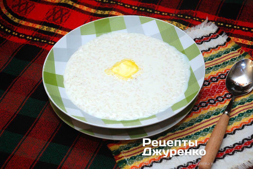 Готова страва Рисова каша на молоці з цукром, ваніліном і вершковим маслом.