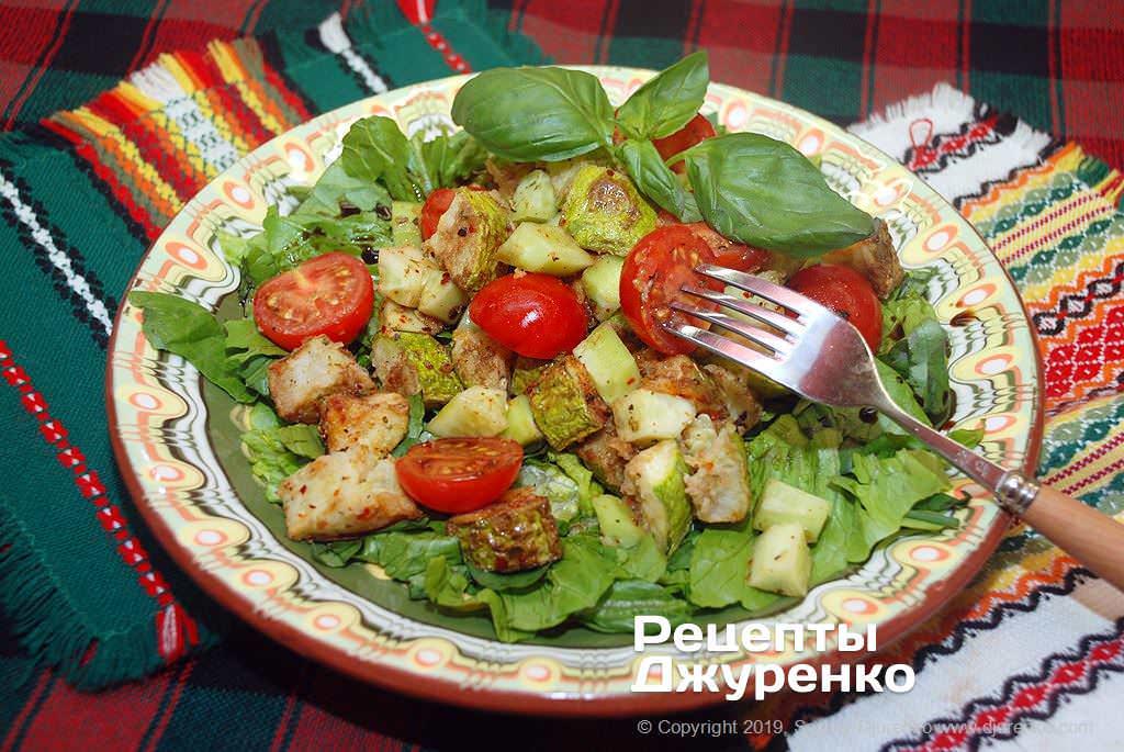 Салат из кабачков обжаренных в масле, с овощами и зеленью.